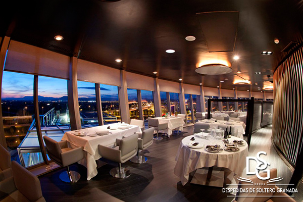 Cena tranquila de despedida en restaurante giratorio Granada